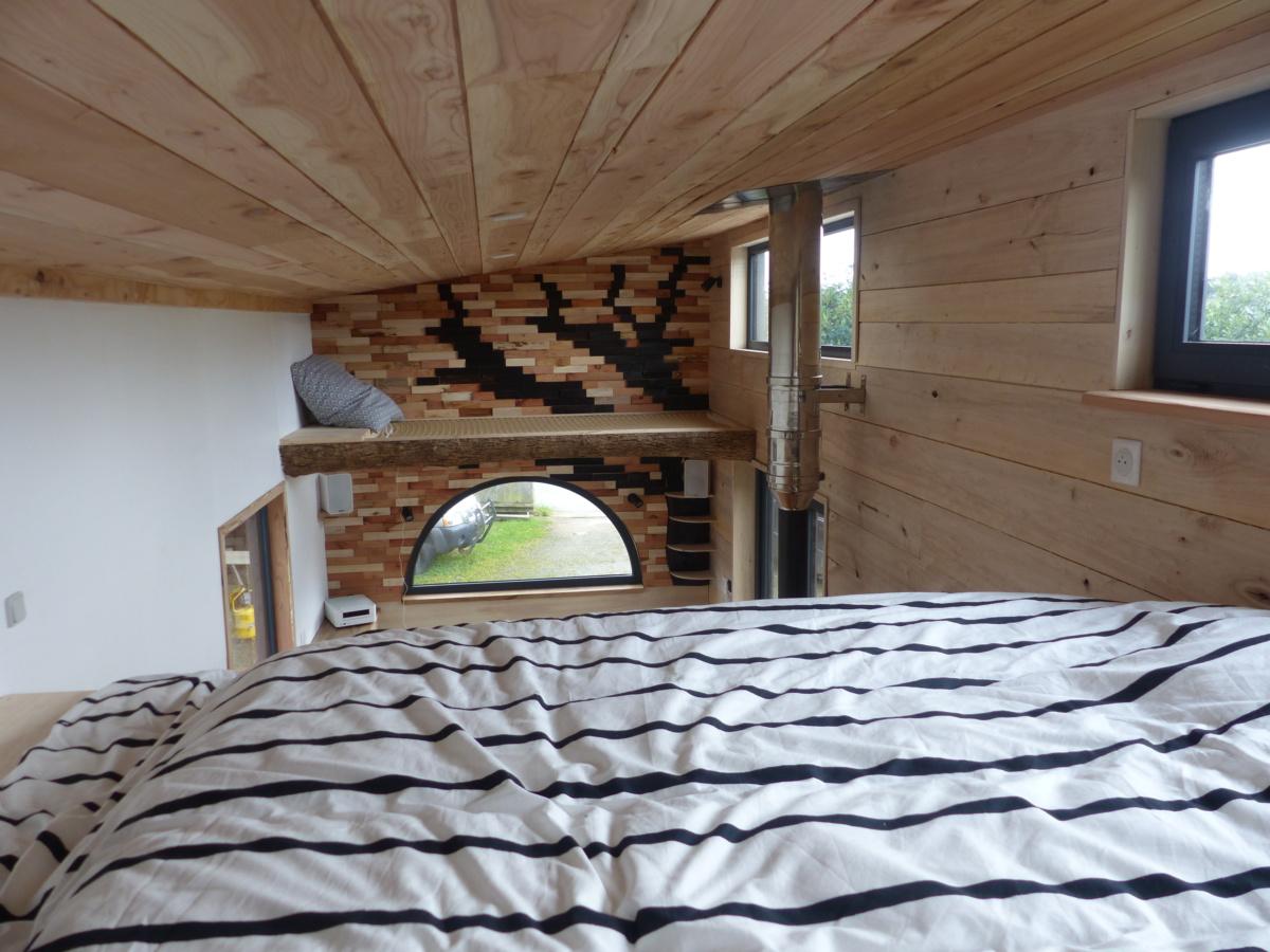 intérieur d'une tiny house autonome vue de la mezzanine