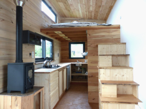 Vastes volumes dans cette tiny house construite en bois écologique