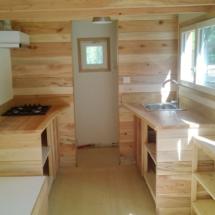 intérieur de la mini maison en bois sur roues