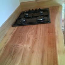 mini maison en bois sur roues : plan de travail dans la cuisine