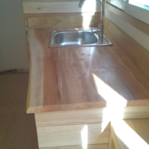 mini maison en bois sur roues : coin cuisine