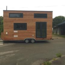 jolie tiny house, mini maison en bois sur roues