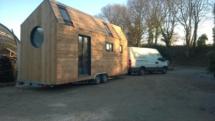 tiny house porte fenetre, mini maison en bois sur roues