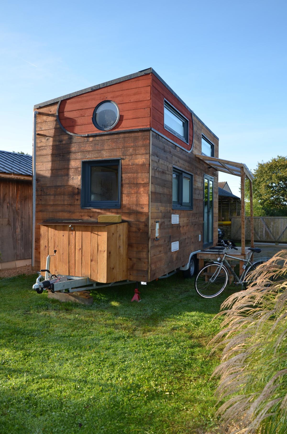 tiny house autonome avec vue sur la flèche de la remorque châssis et réserve d'eau