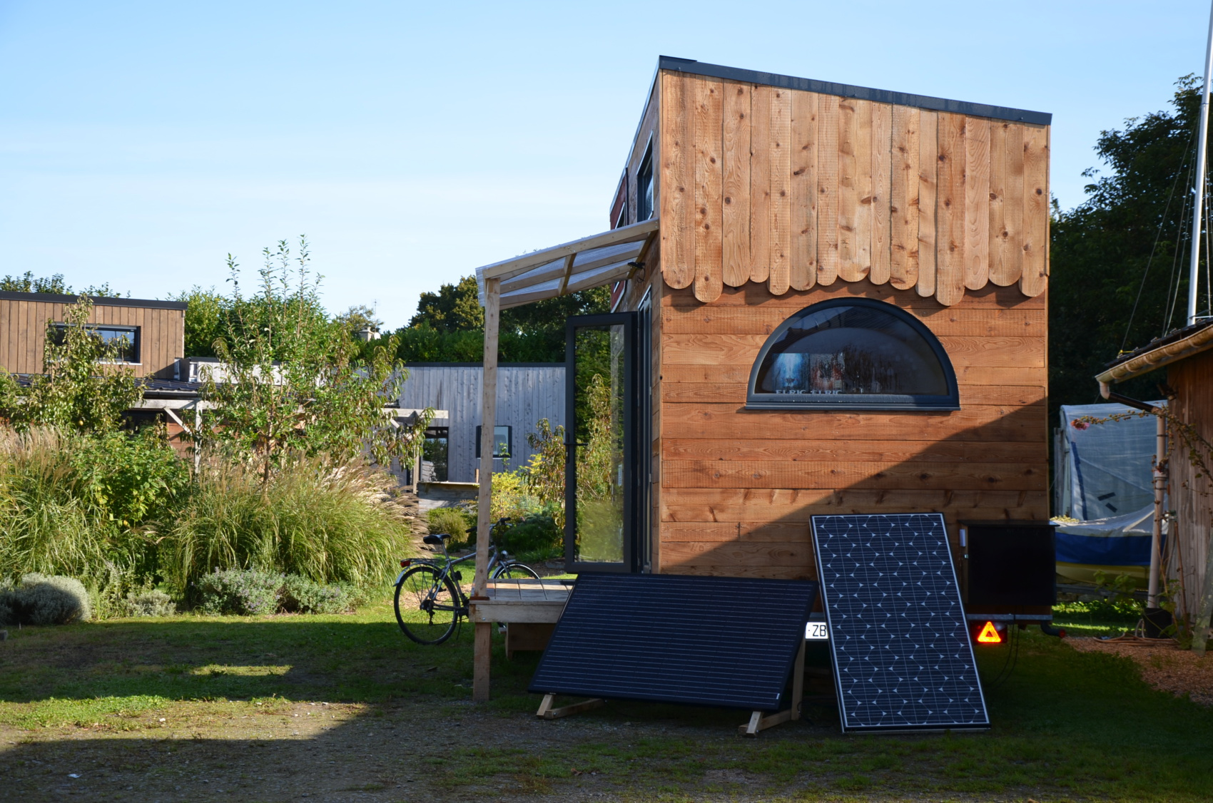 Petite maison autonome sur roues avec les panneaux solaires