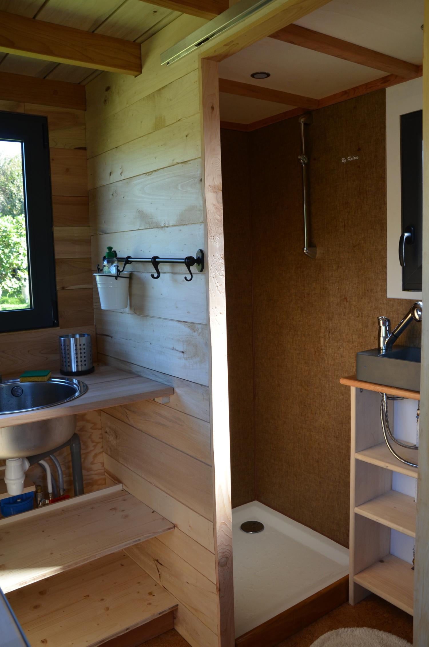 Tiny house autonome en eau sanitaire grâce à sa réserve d'eau intégrée.