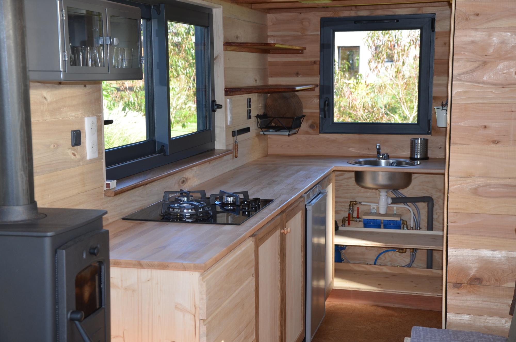 de l'eau en provenance de la réserve, de l'électricité fournie par les panneaux solaires : pour cuisiner autonome dans nos tiny houses