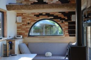 petite maison sur roues : lit double en rez-de-chaussée