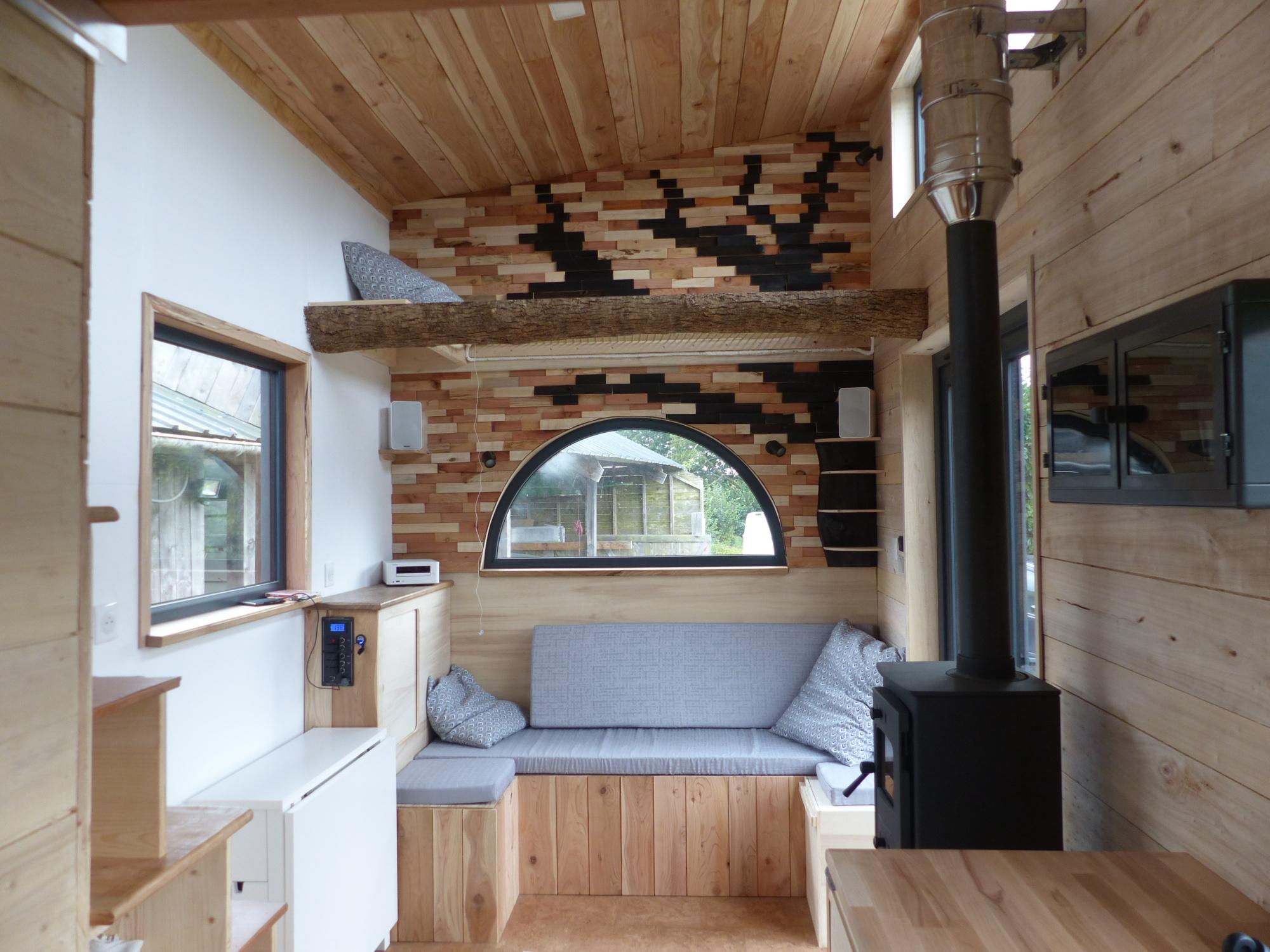 L'intérieur douillet de la tiny house autonome