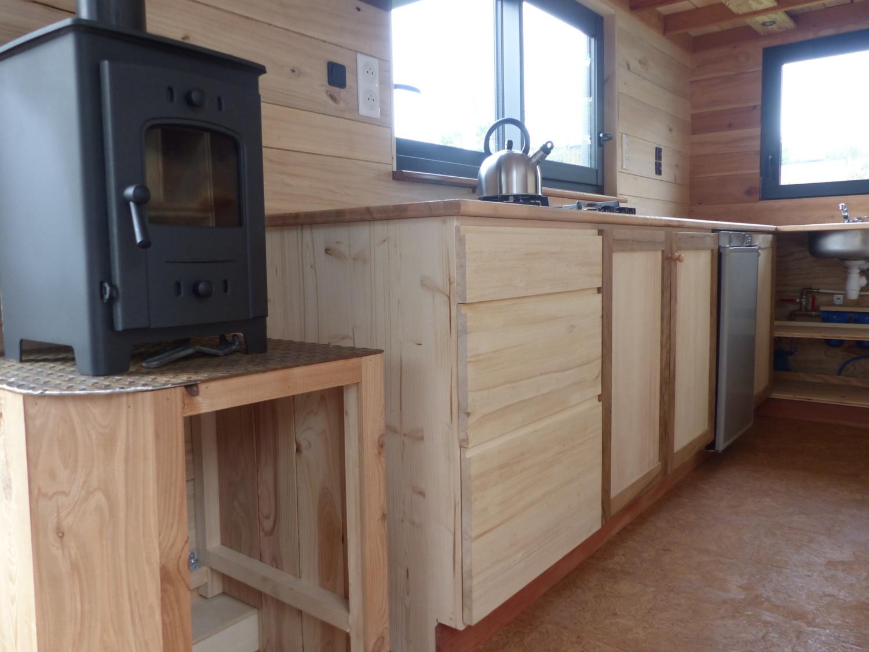 Dans cette tiny house autonome, les réserves d'eau et le boiler sont placés vers la cuisine