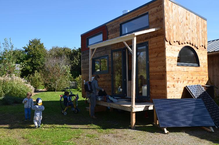 Vacances en famille dans une maisonnette en bois : la tiny house