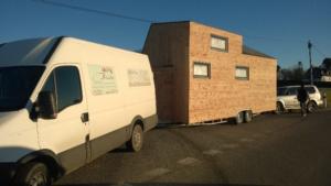 Le transport d'une mini maison en bois mobile
