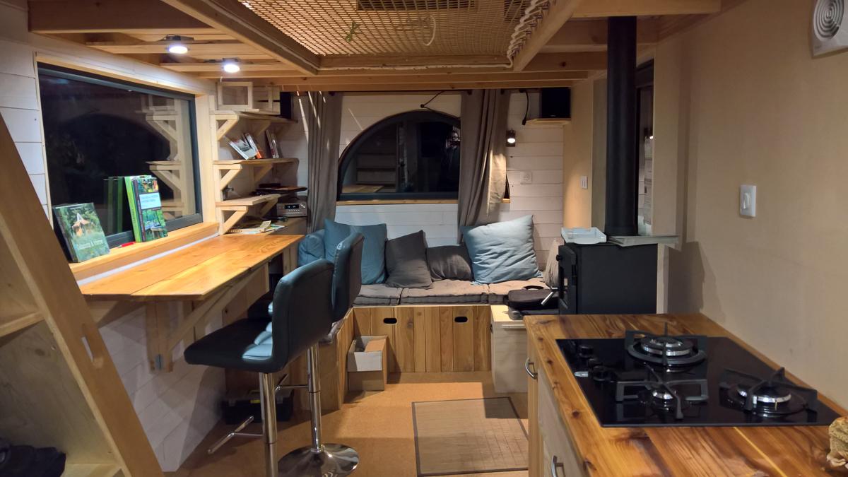 intérieur nuit de la tiny house autonome
