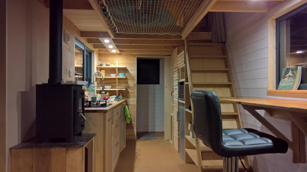 photo de nuit de l'intérieur de la tiny house autonome