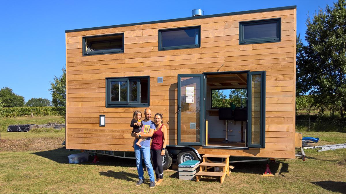 La petite famille devant la tiny house autonome