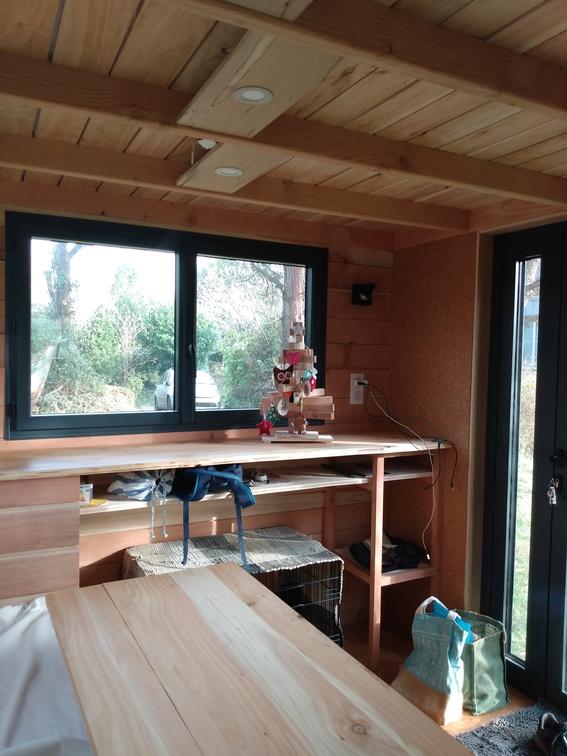 À l'avant de la tiny house, pas de salon mais un plan de travail, l'aménagement a été fait par les propriétaires, en autoconstruction à l'atelier