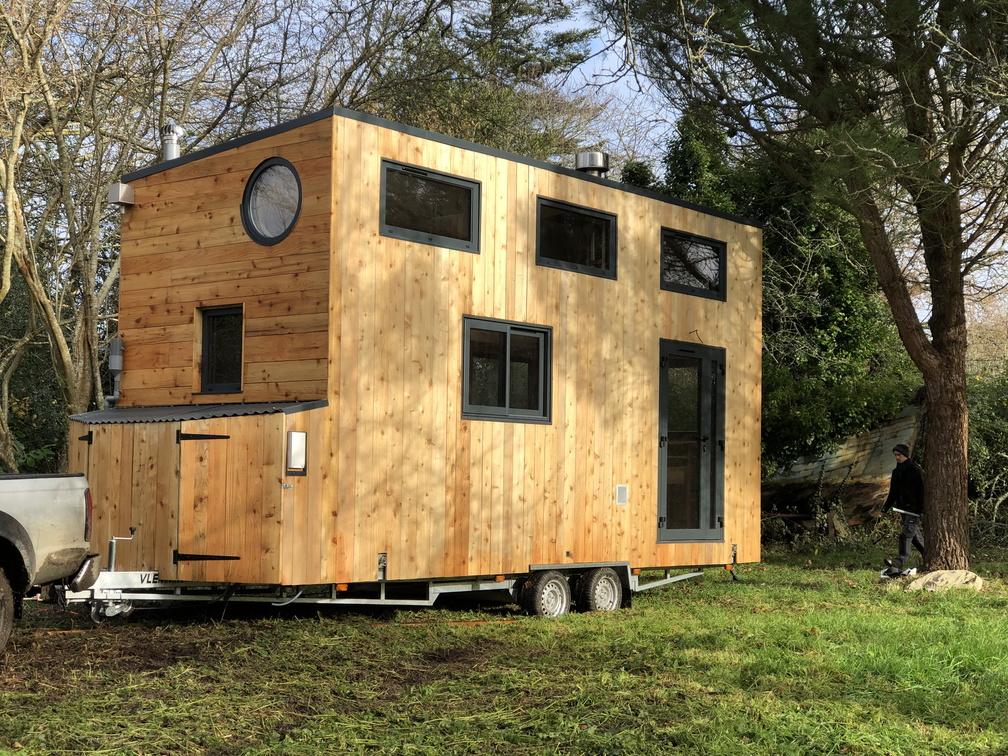 La micro-maison autonome tractée dans son terrain d'accueil dans le Sud-Finistère