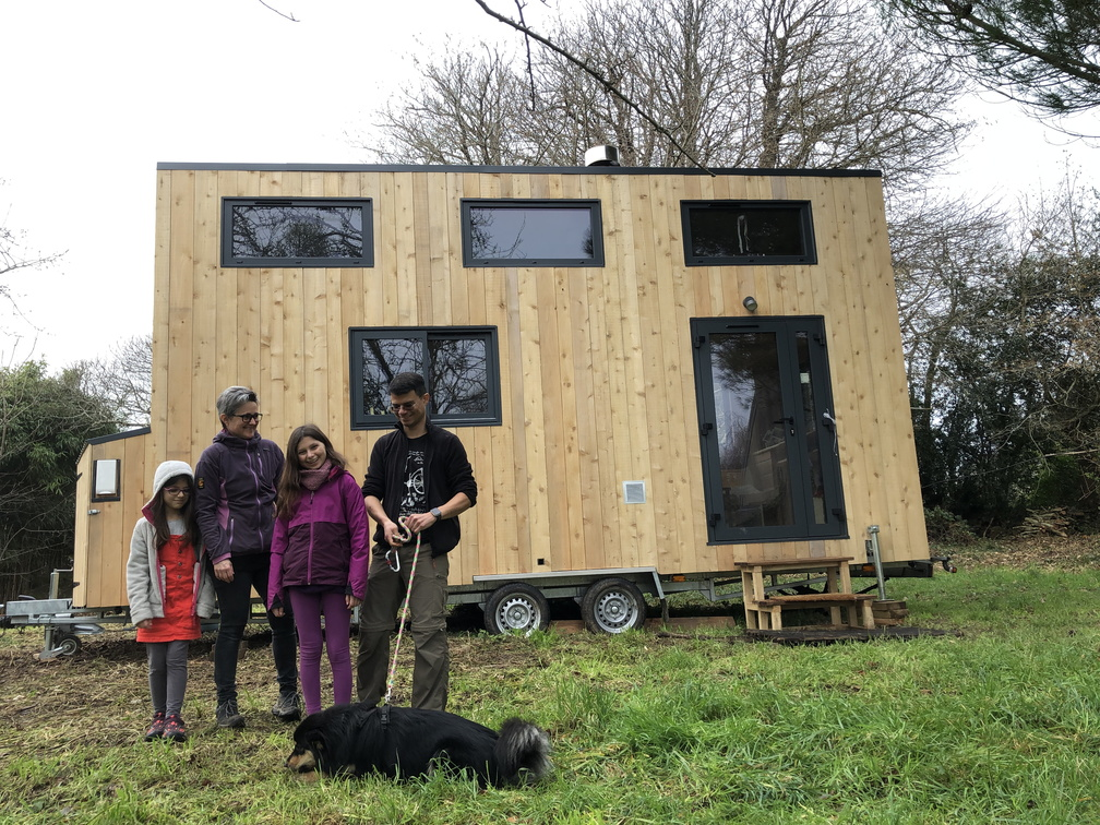 La famille au complet devant leur nouvelle mini-maison sur roues