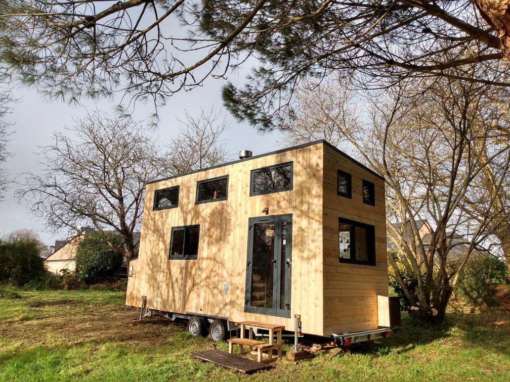 La tiny house est installée. Façade au sud, bientôt elle recevra son kit solaire avec 6 panneaux photovoltaïques et un onduleur.