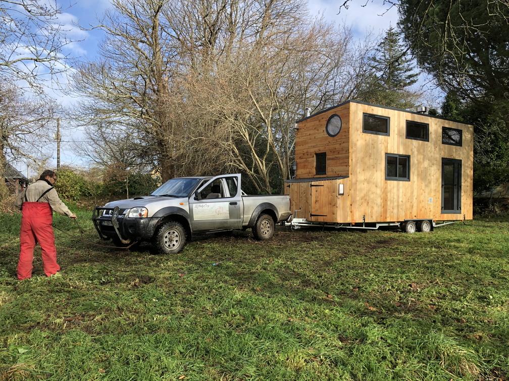 Installation de la tiny house dans le terrain. La tiny est posée sur un châssis roulant.