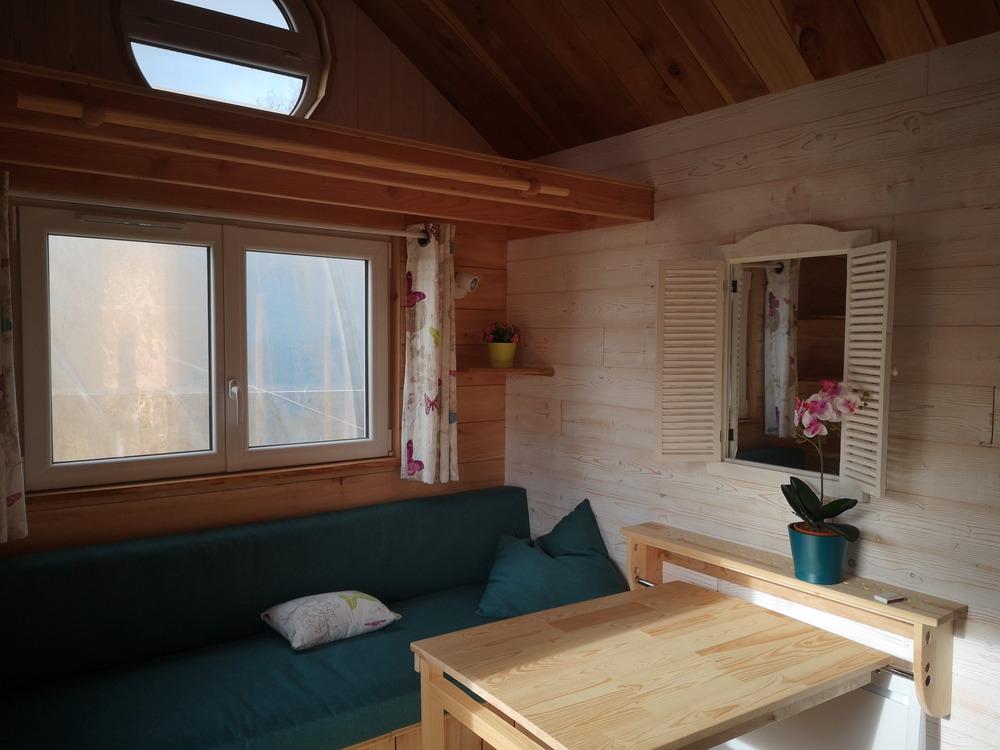 Tiny house France habitation permanente coin déjeuner près du salon, couchage pour les amis