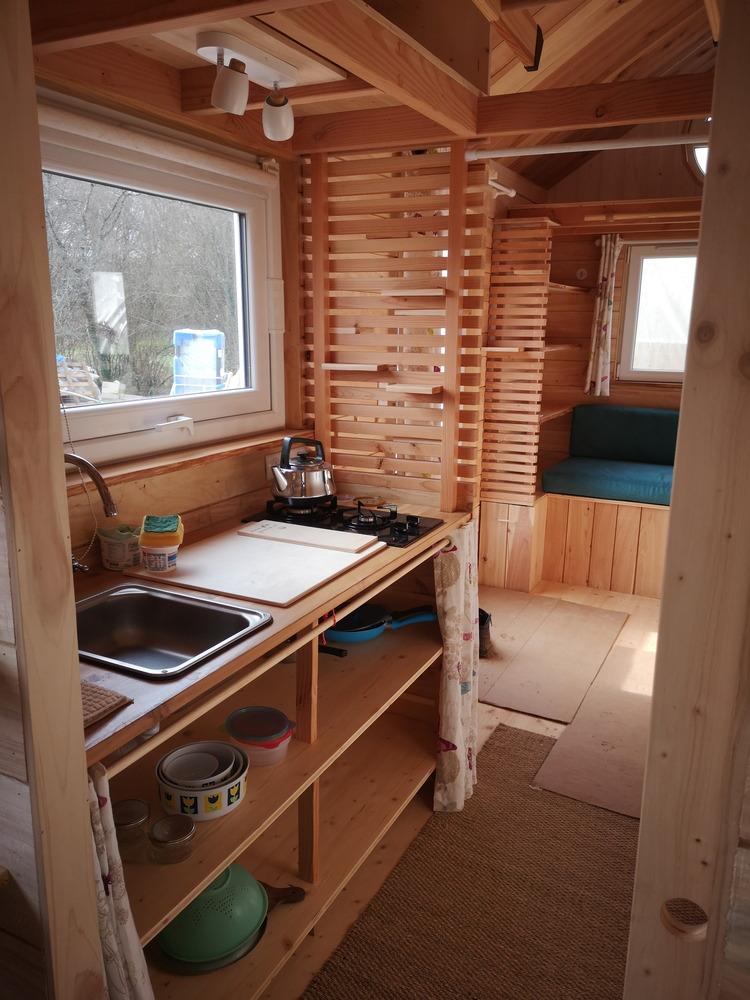 Le coin cuisine avec évier de la tiny house chaleureuse