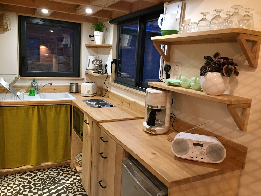 Tiny house construite en France location de vacances au Futuroscope à Poitiers, plans de travail cuisine