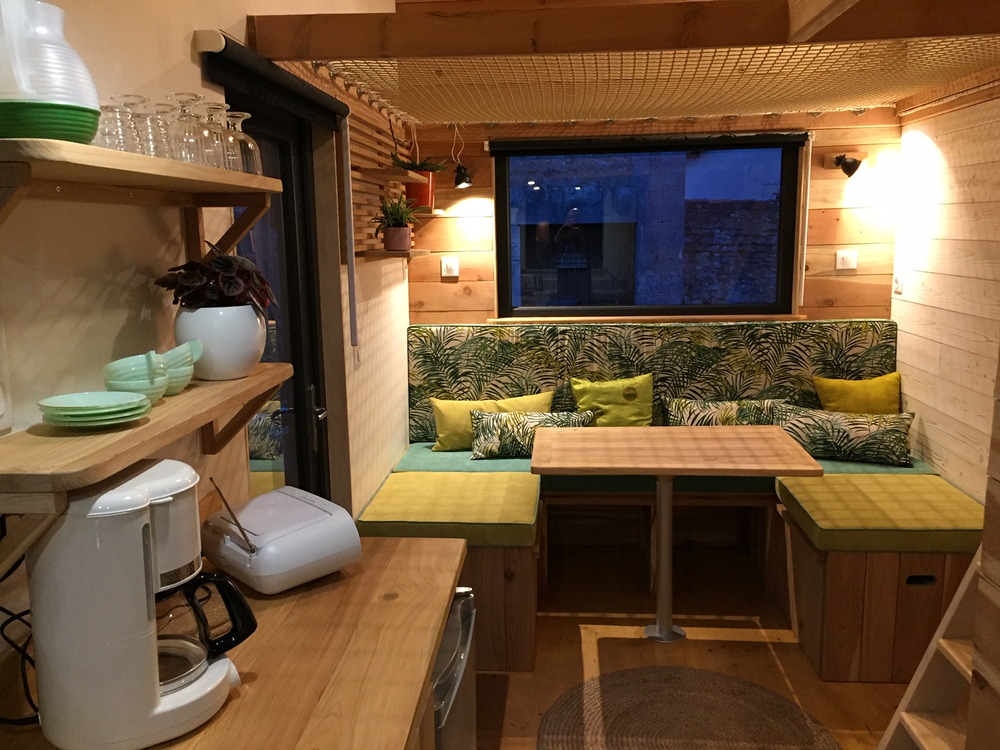 Tiny house France location Futuroscope cuisine, salon, accès chambre étage, filet pour enfants