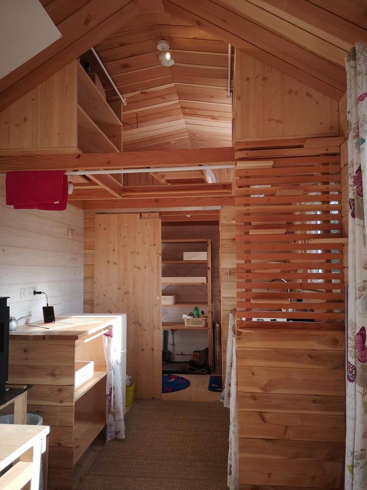 Tiny house France habitation permanente, cuisine, salon, accès chambre en mezzanine, salle d'eau