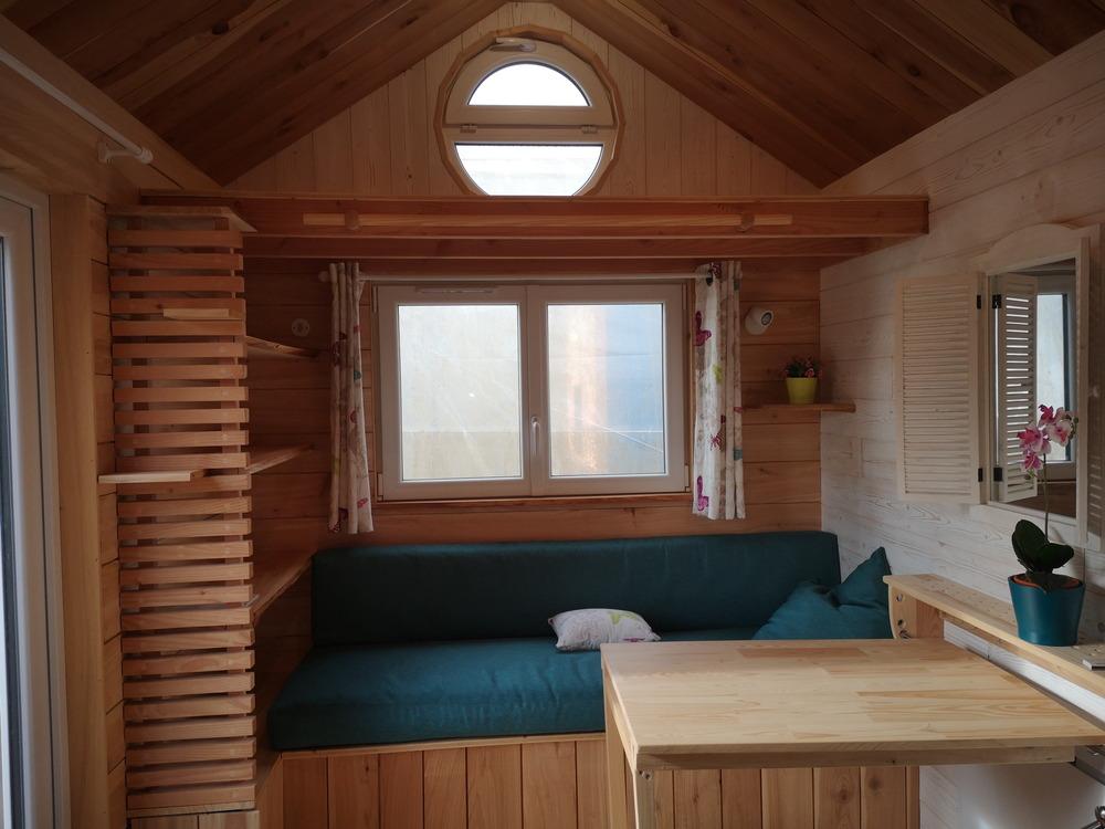 Tiny house France habitation permanente, étagères salon, fenêtre double vitrage