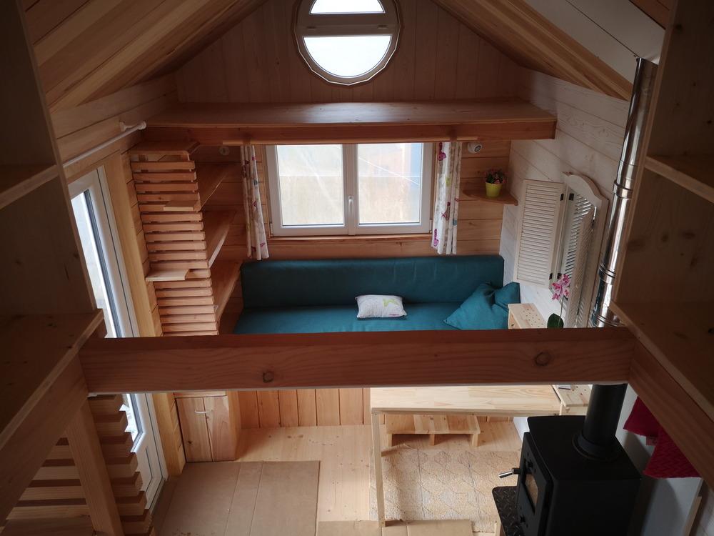Tiny house France habitation permanente, salon, table déjeuner, chauffage bois